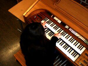 Felicitas Falke an der Orgel